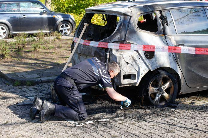 De politie doet onderzoek rond de uitgebrande auto aan de Van Polanenstraat.