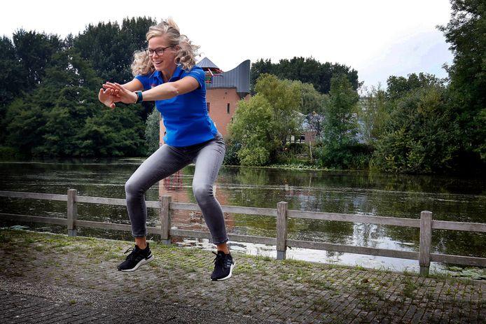 Sportcoach Tanja Pijleman heeft er geen moeite mee om in het park een oefening te demonstreren.