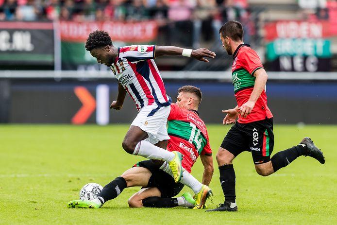 Leeroy Owusu namens Willem II in actie tegen NEC.