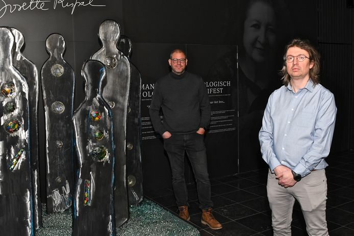 Schepen Geert Bossuyt (links) en Steven Masil (rechts) in de tweede expozaal.