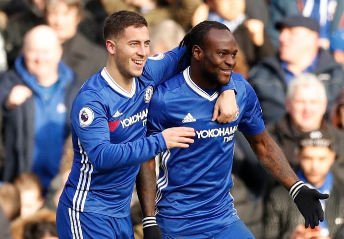 Eden Hazard en Victor Moses juichen namens Chelsea in februari 2017.