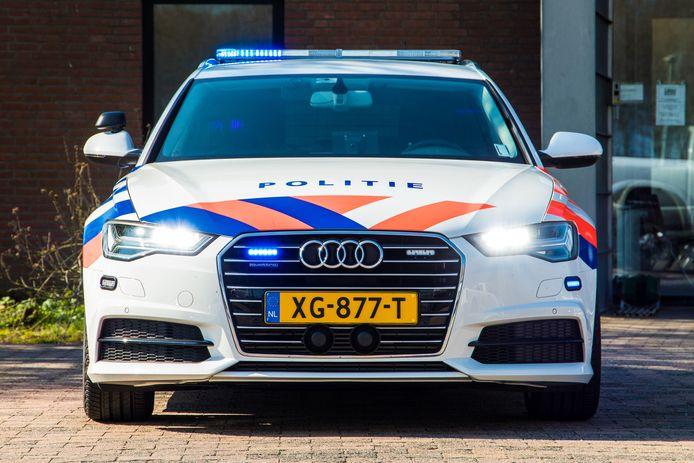 Deze politiewagen haalt 250 kilometer per uur.