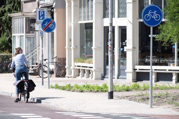 Op de Sint Annastraat wordt hard gewerkt aan een ingrijpende reconstructie. Aan het nieuw aangelegde fietspad zijn ter hoogte van de Van Goorstraat twee nieuwe borden geplaatst op zo'n 16 meter van elkaar. Het eerste bord geeft een 'fietspad' aan, het volgende bord sluit dat fietspad weer af.