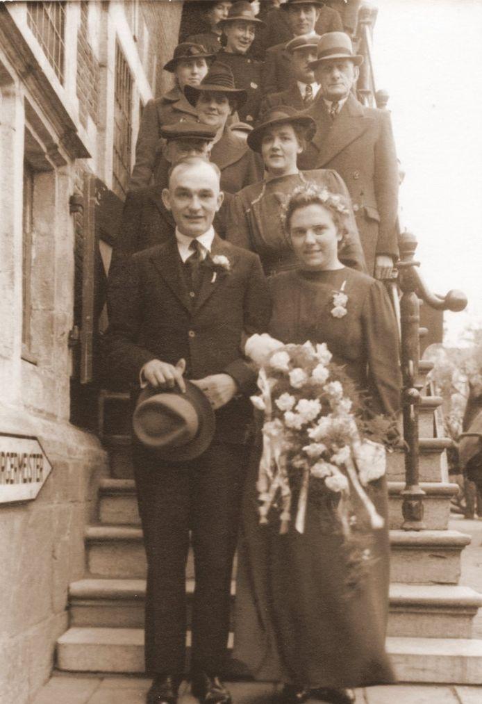 Een foto uit 1943 van het echtpaar Fioole - v.d. Ree op de trap van het stadhuis. Er was toen nog een enkele trap, vertelt Niek Tolenaars van heemkundekring Die Overdraghe, die rondleidingen in het stadhuis verzorgt. 'In 1951 en 1952 is de dubbele trap hersteld. De Fransen hadden de trap in 1793 beschadigd.'