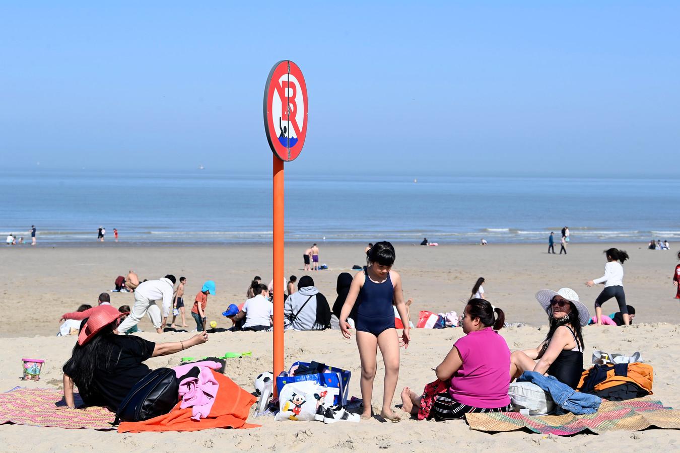 Zonnenbaden op het strand van Blankenberge