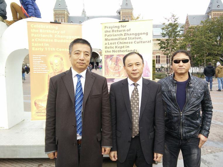 De demonstranten op het Museumplein, met helemaal links Li Zhen Beeld Lex Boon