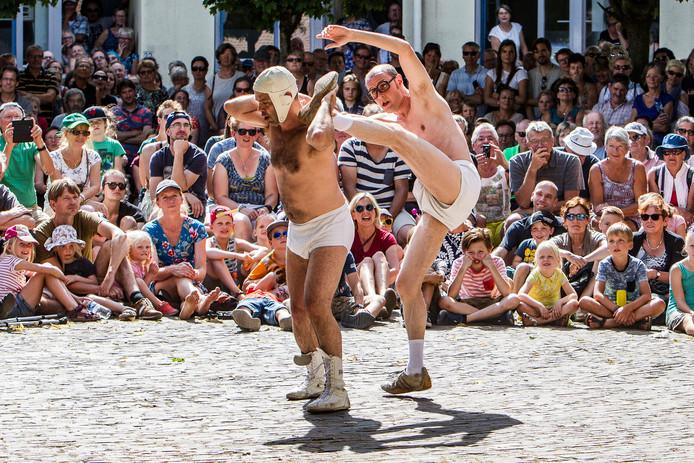 Onderbroekenlol op de nieuwste locatie van het festival: het Brinkpoortplein. Het publiek wist het prima te vinden.