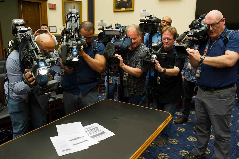 De pers maakt donderdag opnamen van pagina's uit het rapport van speciaal aanklager Mueller. Het ministerie van Justitie heeft een geredigeerde versie vrijgegeven.  Beeld Foto Cliff Owen / AP