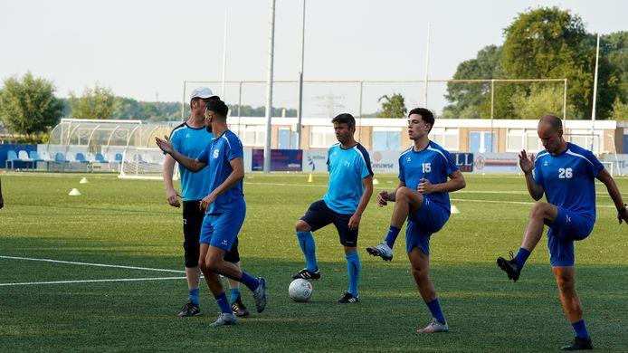Beeld van de eerste training van Hoek met v.l.n.r. assistent-trainer Steven Maes, Karim Bannani, trainer Lieven Gevaert, Mike Segers en Aaron Verwilligen.