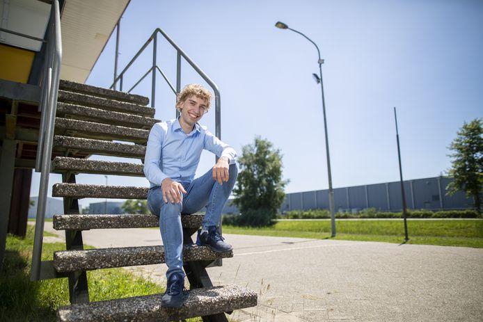Voorzitter Philip Kootstra (27) van de Almelose wielervereniging De Zwaluwen op de trap van de jurytoren op wielerparkoers De Sumpel: trots op samenwerking met profploeg Jumbo-Visma.