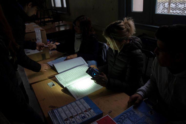 Argentijn brengen hun stem uit bij het licht van hun mobiele telefoon. Beeld EPA
