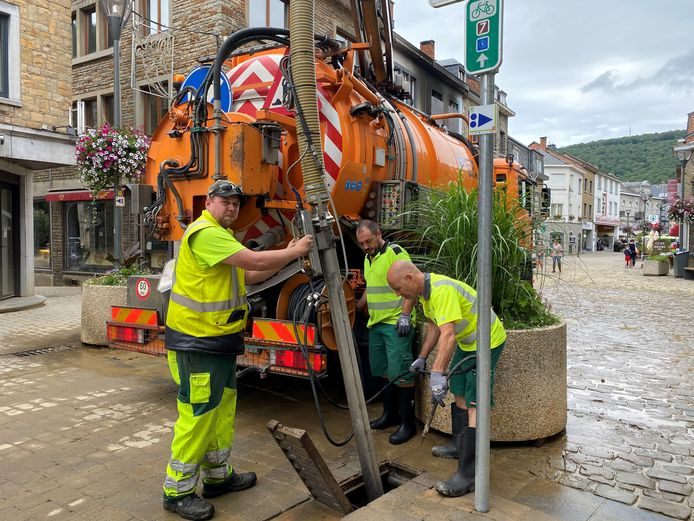 De medewerkers van de technische dienst kuisen in La Roche-en-Ardenne de rioolputjes, die vol modder en afval zitten.