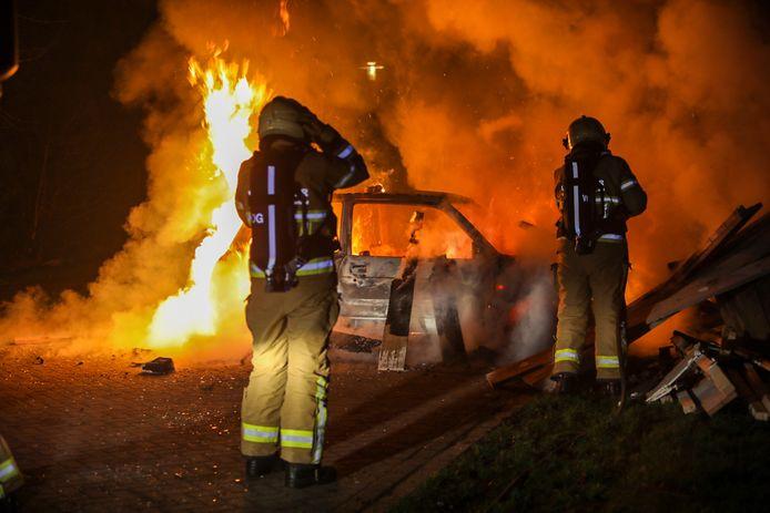 Een flink vuur aan de Bovenkruier in Apeldoorn.