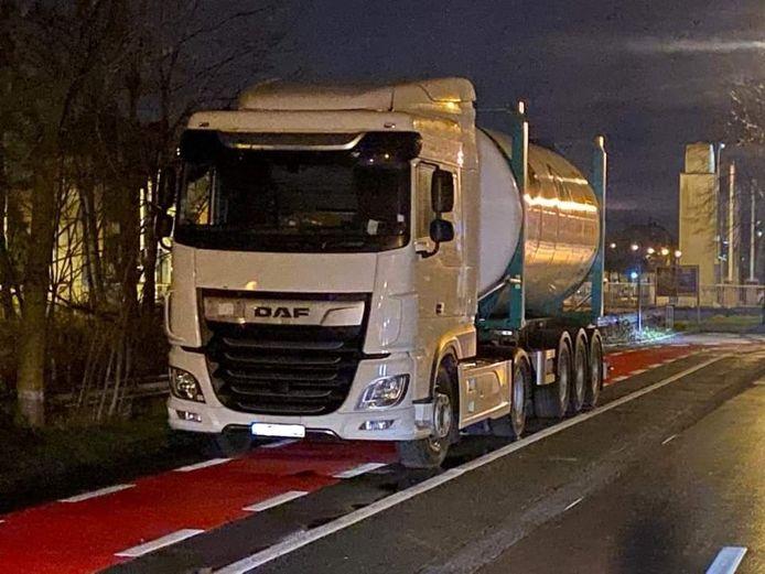 De chauffeur had zijn vrachtwagen doodleuk op het fietspad geparkeerd.
