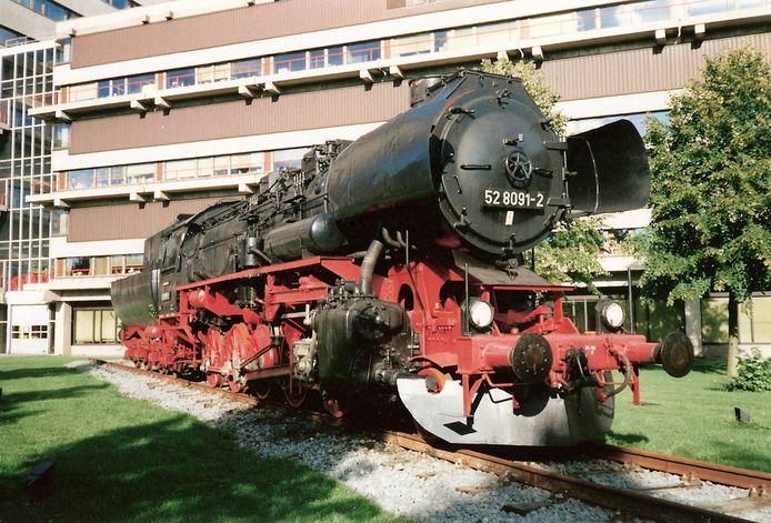 De Kriegslokomotive BR 52 8091-2 zoals die voor het AMC heeft gestaan. De loc werd in de oorlogsjaren op grote schaal gebouwd voor de Wehrmacht. De locomotief bij het AMC is op verzoek van nazislachtoffers weggehaald.