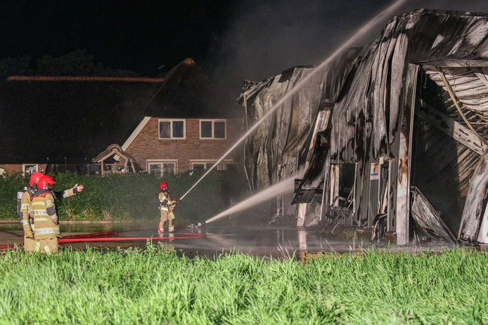 De woning met de rieten kap naast het uitgebrande pand is gered.