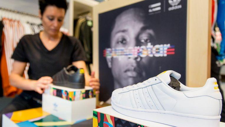 Verkoop van de Adidas-schoen van Pharrell Williams. Beeld ANP
