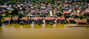 Een dronefoto van onder gelopen woningen in het plaatse Horn in Limburg. Een tijdelijke nooddijk begaf het waardoor het hoge water van de Maas een aantal huizen in stroomde.