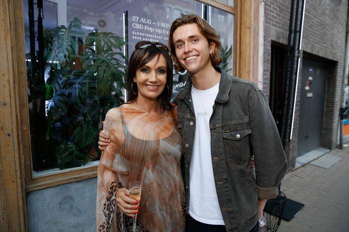 Ian Thomas met zijn mama Brigitte Derks