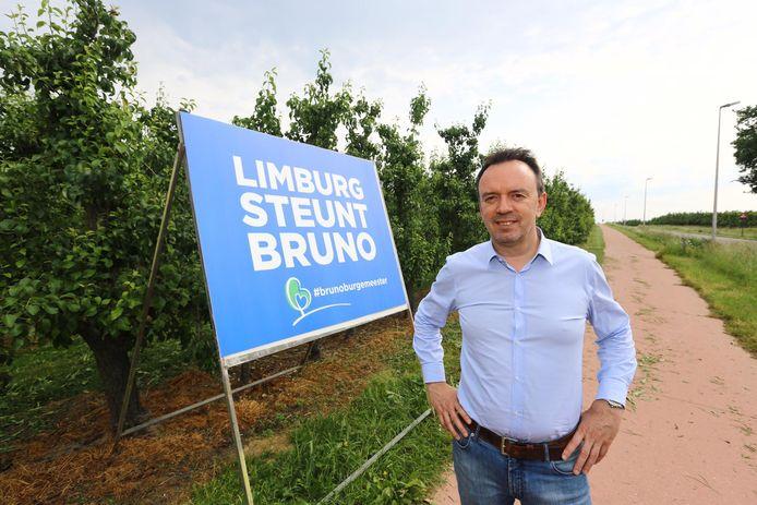 Bruno Steegen bij zijn affiche in Hoeselt.