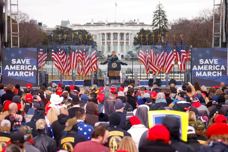 6 januari, Donald Trump spreekt bij het Witte Huis de menigte toe, die daarna naar het Capitool zou optrekken. Beeld Jim Bourg / REUTERS