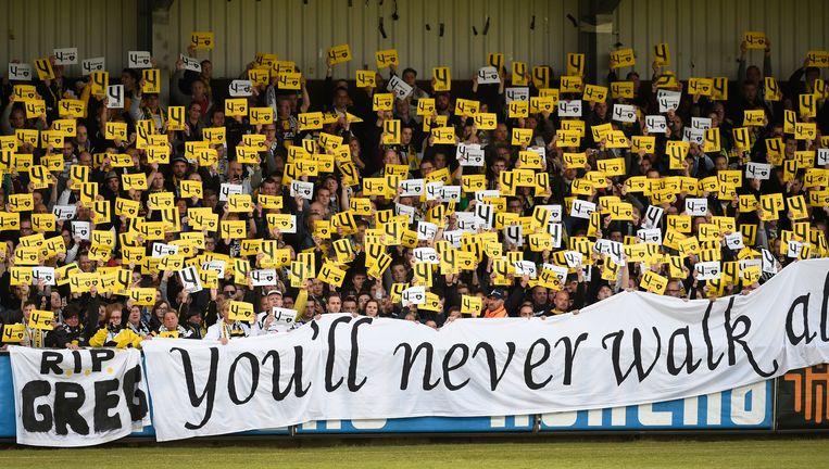 Lokeren-supporters eren Gregory Mertens met een 'You'll never walk alone'-spandoek. Beeld PHOTO_NEWS