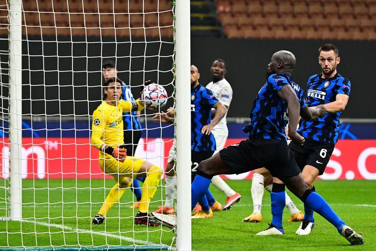 Inter-spits Romelu Lukaku scoort in de Champions League. Na enkele slechte ervaringen met makelaars huurt hij tegenwoordig advocaten in om zijn deals te controleren. Beeld AFP