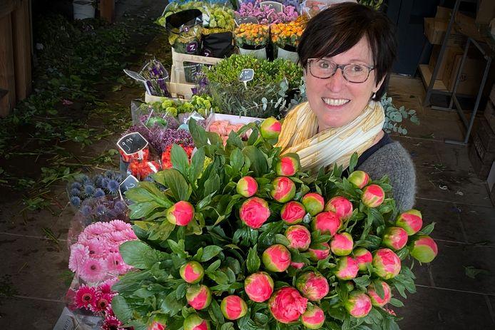 Emmy de Jong van Natuurlijk Bloemen met een rijke bos pioenrozen.