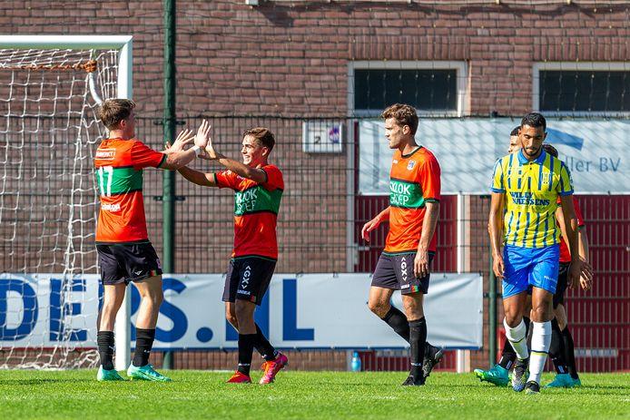 Ole Romeny (links) juicht met Bart van Rooij na de 2-0 tegen RKC.