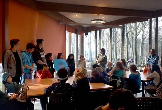 Wethouder Raaijmakers, Steg Snelders en Björn Rommens (links)  luisteren naar oplossingen van de kinderen van De Zilverlinde.