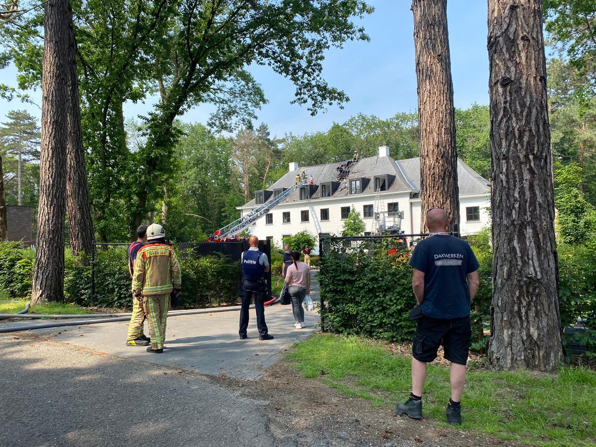 De brand ontstond aan het dak van de woning. De schade is aanzienlijk. De brandweer kreeg het vuur snel onder controle