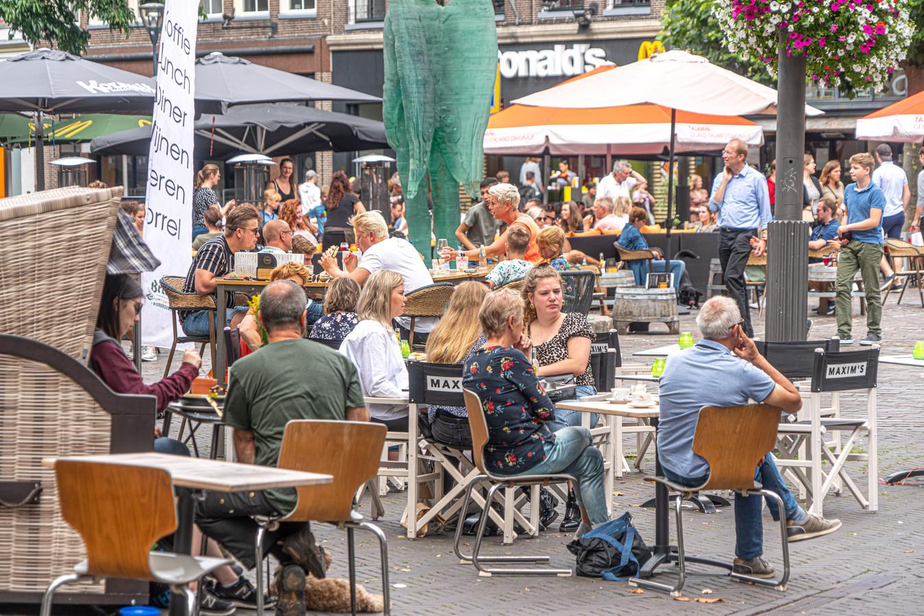 Voordat deze Zwolse terrassen buitenstonden, heeft de horeca een flinke klap te verduren gehad door de lockdown. Toch valt het mee hoeveel last de 'lockdownsectoren' in Oost-Nederland van de sluiting hadden, volgens Rabobank.