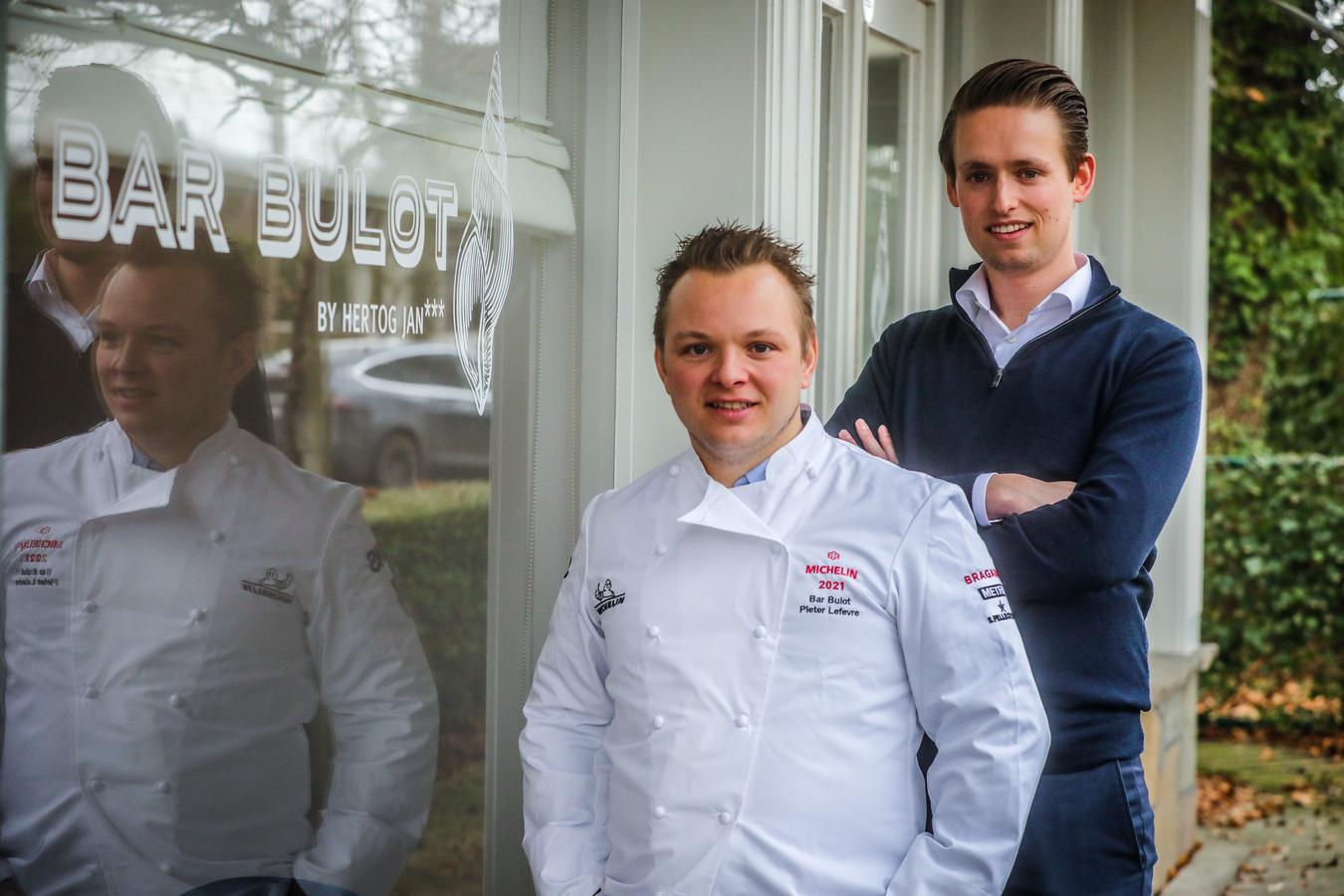 Bar Bulot kan eindelijk haar Michelinster tonen: op de foto de chef en maitre: Pieter Lefevere en Maxime Depreitere