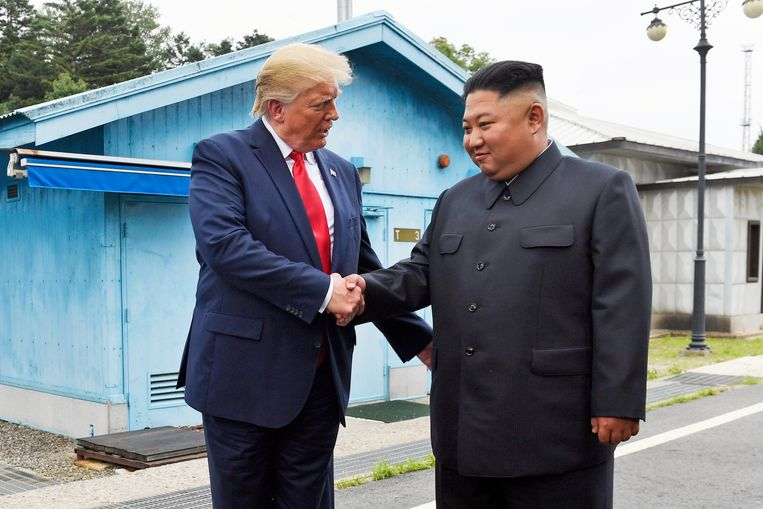 Gezworen vijanden Trump en Kim schudden elkaar de hand: een sterk symbool. Beeld AP