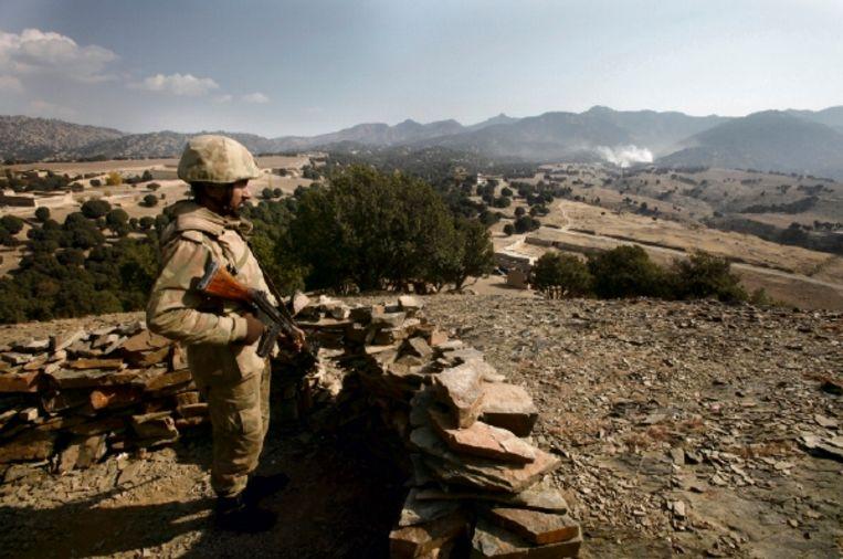 Een Pakistaanse militair in Zuid-Waziristan. In het gebied houden zich veel talibanstrijders schuil. (FOTO REUTERS) Beeld