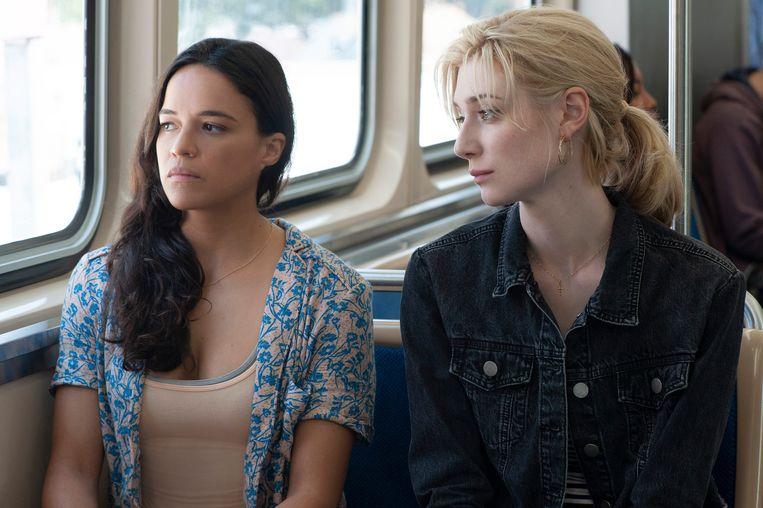 Michelle Rodriguez en Elizabeth Debicki in 'Widows'. Beeld