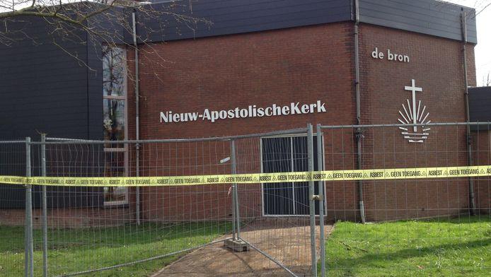 Het kerkelijk centrum De Bron aan de Buizerdlaan in Nieuwegein is tijdelijk afgezet vanwege de vondst van asbest.