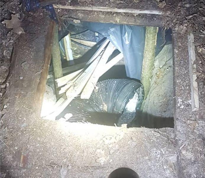 De ingang van de ondergrondse wietplantage in een bosperceel in de Ommer buurtschap Stegeren.