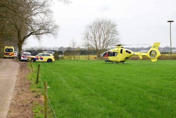 Een traumahelikopter landde op een grasveld in de buurt van het ongeval.
