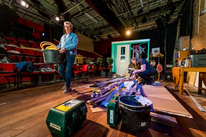 Voorzitter Yvette Stam en secretaris Ruud Verschoor knappen het minitheater van het Nieuw Capels Toneel op, nu er al meer dan een jaar geen voorstellingen gespeeld kunnen worden.