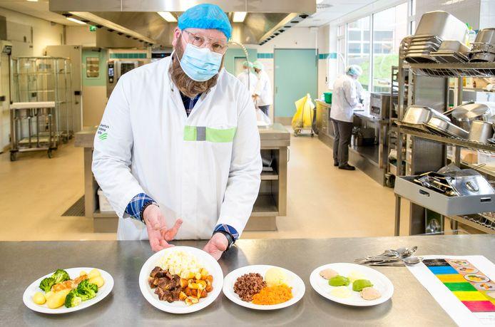 Kok Niels Gerz toont  in de keuken van Ziekenhuis Gelderse Vallei de verschillende gerechten voor patiënten met kauw- en slikklachten.