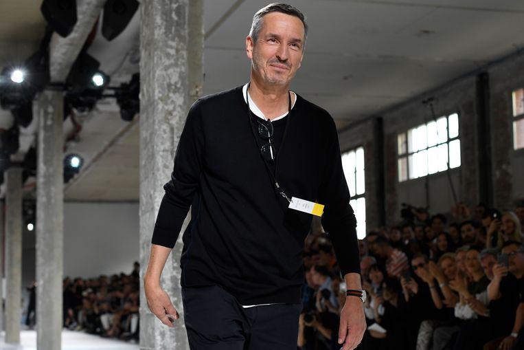 Belgische ontwerper Dries Van Noten heeft het voortouw genomen om een open brief te schrijven en te pleiten voor een aantal drastische veranderingen in de mode-industrie.