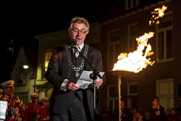 Burgemeester van Wageningen Geert van Rumund houdt een speech na het ontsteken van het bevrijdingsvuur.