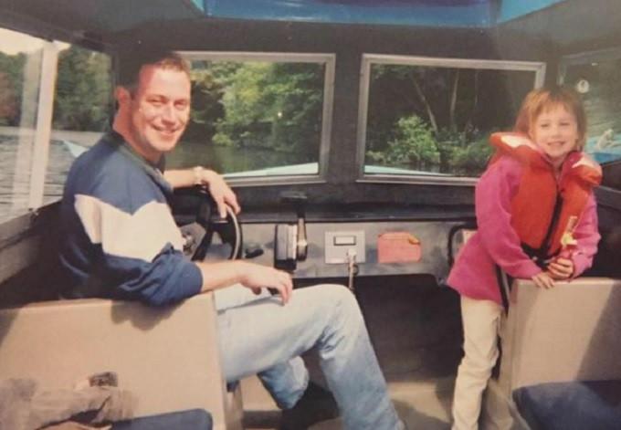 Jeugdfoto van Liz Bowers-Keable met haar vader