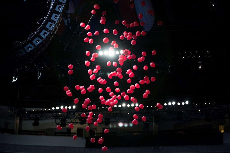Voor het spetterende einde worden ballonnen opgehangen die hier per ongeluk al vallen. Beeld null
