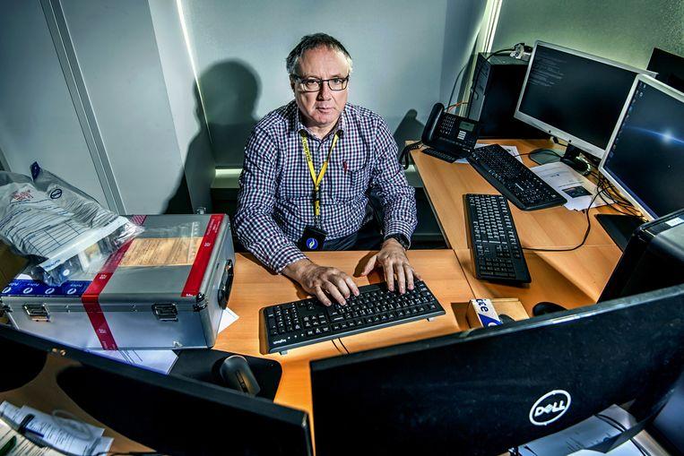 Yves Goethals: 'We zijn er ooit in geslaagd een dader te vinden op basis van de barcode op een vuilnis zak in de achtergrond.' Beeld Geert Van de Velde