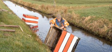 Boer maakt zelf roadblocks tegen hardrijders, maar ze belanden steeds in de sloot
