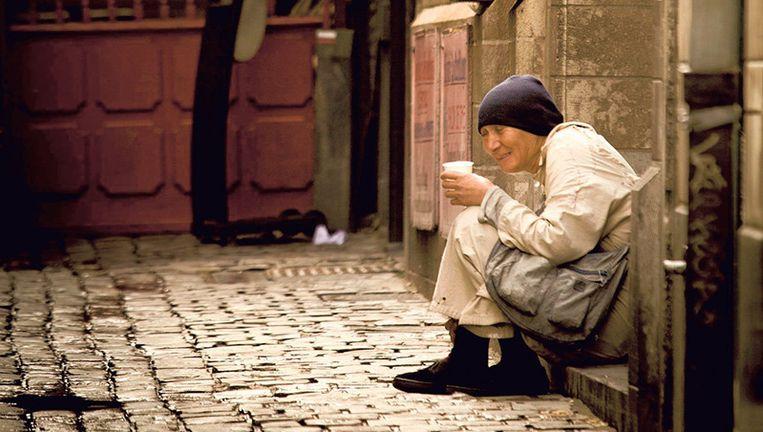 Een vrouw bedelt in Brussel. Enkele euro's kunnen wel degelijk een enorm verschil betekenen. Beeld Bas Bogaerts