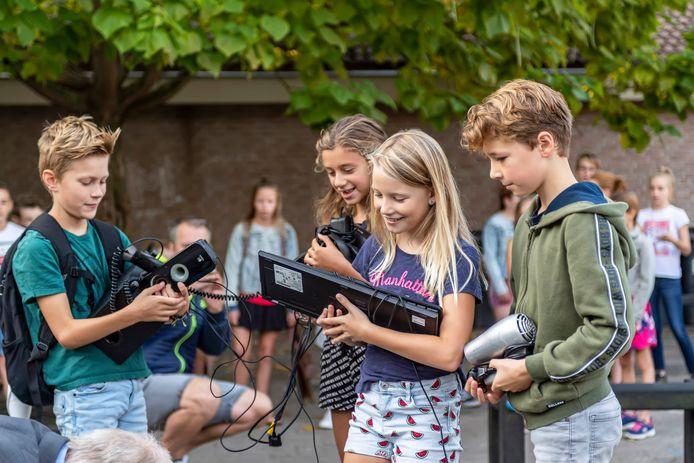 Kinderen van een basisschool doen mee aan de E-waste Race, en zamelen de eerste spullen in.