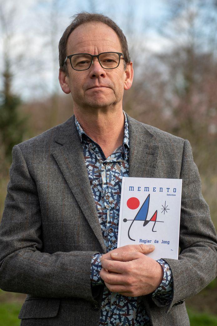 Dichter Rogier de Jong met zijn nieuwe gedichtenbundel Memento.